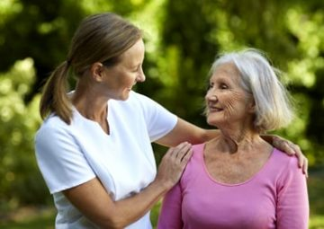 Aide à domicile accompagne sa patiente dans son quotidien.
