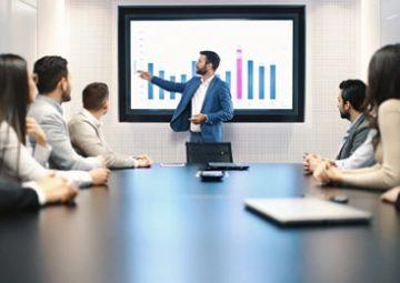 Un groupe analyse des statistiques financières.