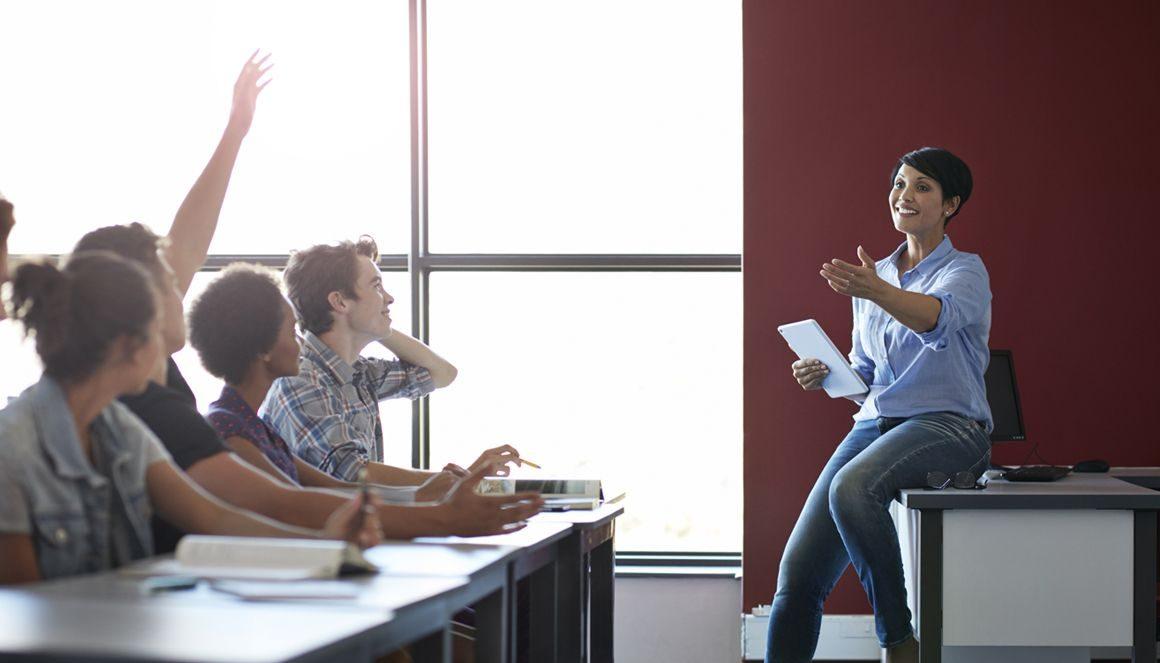 L'enseignante Emilie interroge ses étudiants en classe.