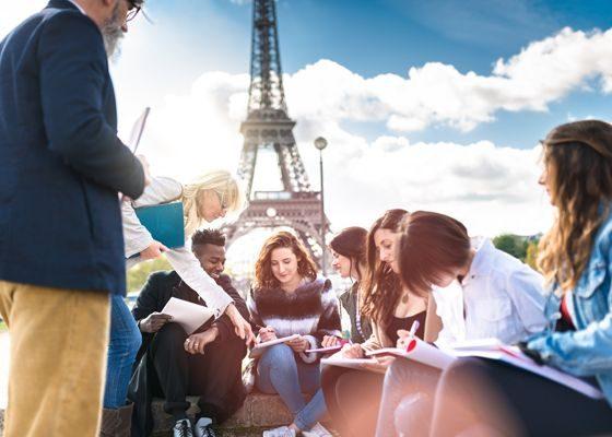 Etudiants découvrant la Tour Eiffel et le patrimoine.