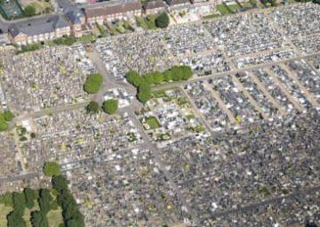 Vue du ciel d'un cimetière.