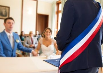 Un maire uni un couple de citoyens par les liens du mariage.