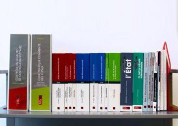 Bibliothèque composé de classeurs à mises à jour et d'ouvrages.