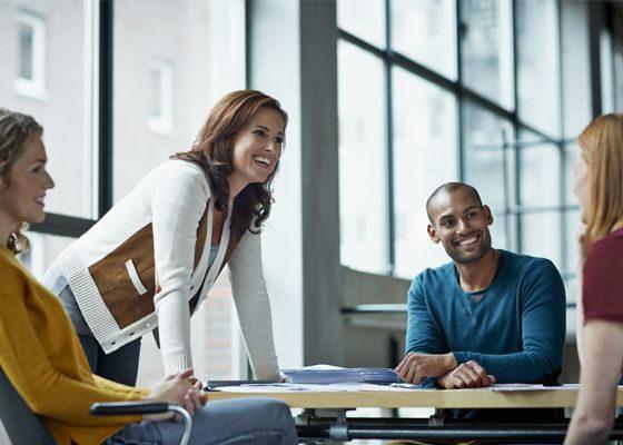 Échanges entre collaborateurs lors d'une réunion.