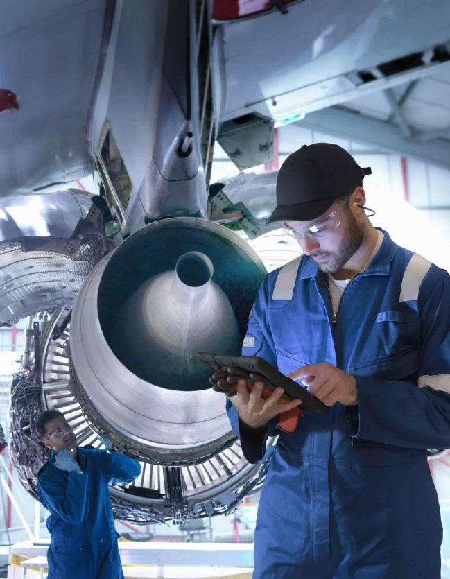 Agents de maintenance dus secteur de l'industrie.
