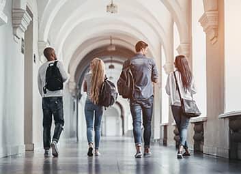 Etudiants dans un campus universitaire.