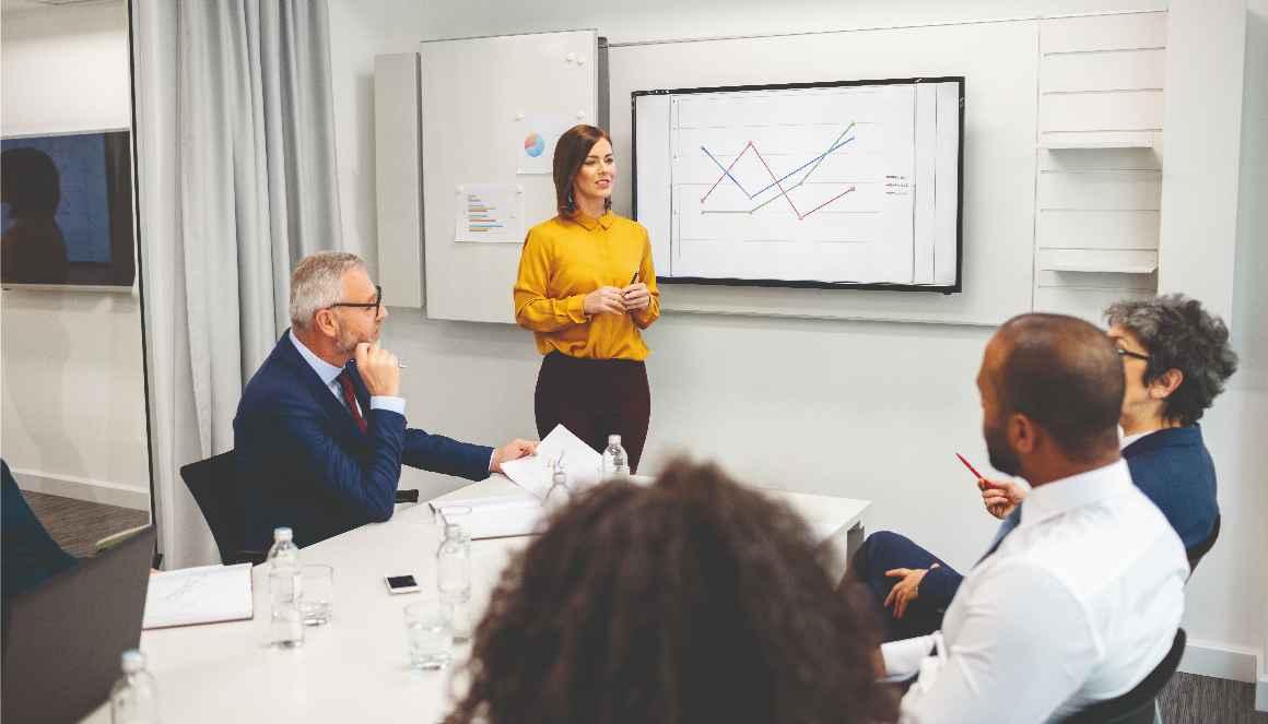 Équipe en réunion sur la stratégie des ressources humaines.