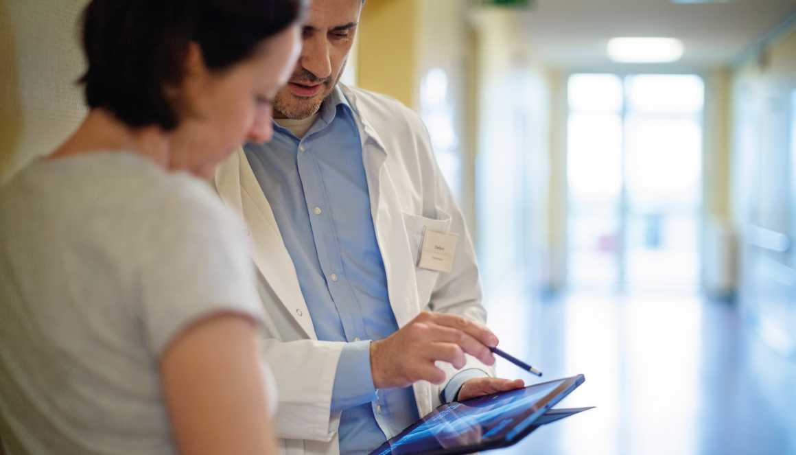 Un médecin partage les résultats médicaux avec sa patiente.