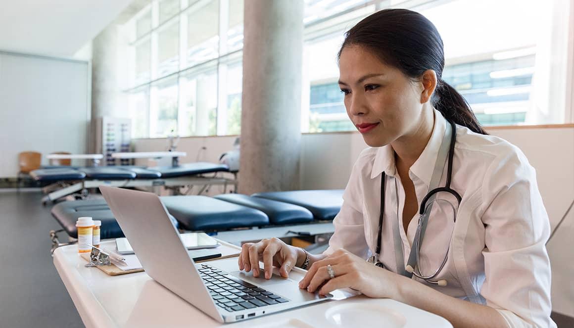 Une femme médecin utilise le téléservice SCOR.