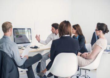 Un grupo de personas que trabajan en la gestión tributaria y recaudación.