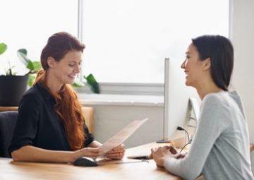 María está entrevistando a Sophie para un trabajo.