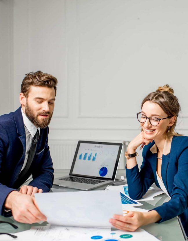 Liz y Marco están probando una solución de software de gestión interna.
