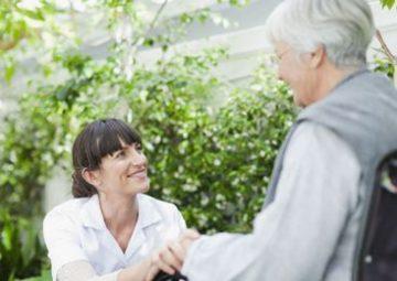 La ayuda a domicilio acompaña a un anciano.