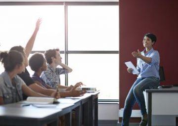 La maestra Emilie enseña a sus alumnos en clase.