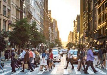 Citoyens marchant dans leur ville au passage piéton.